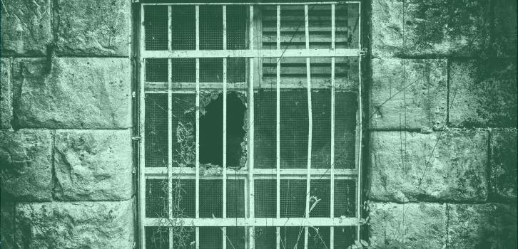 Na foto há uma janela com vidro quebrado e grades. A imagem ilustra o texto Processo de conhecimento - Qual é a minha sentença? da série ITTC Explica.