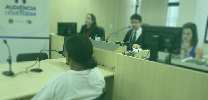 Na foto, há uma mulher em uma audiência de custódia. Em seu primeiro encontro com o juz. Foto: Luiz Silveira Agência CNJ.
