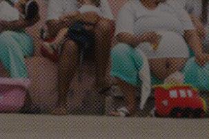 O papel da justiça criminal na proteção da infância e o exercício da maternidade nas audiências de custódia. Foto: Leo Drumond. Na foto mulheres grávidas e mães com crianças estão sentadas.
